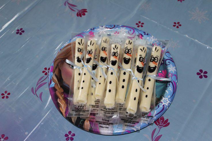 Fête Magalie 3 ans- Frozen party Olaf's cheez. Crayons permanents et ruban du dollorama JR