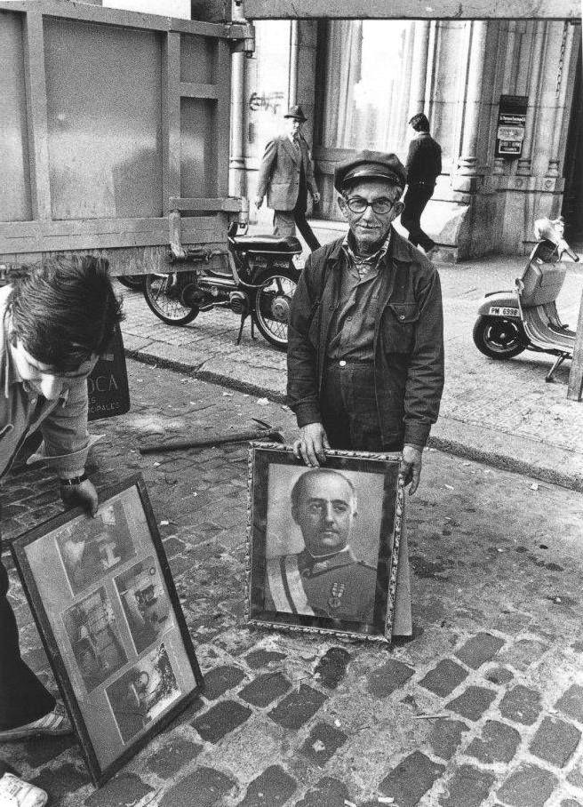 Barcelona, 1978. Recogida de basura. Photo:Francesc Simó.
