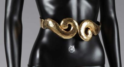 Yves Saint LAURENT Rive Gauche (Printemps-été 1989) CEINTURE en métal doré à la feuille, boucle torsadée