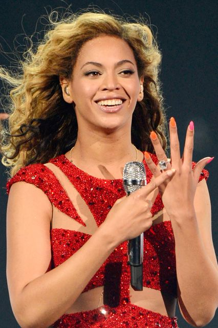 a great look at Beyonce's emerald-cut diamond engagement ring