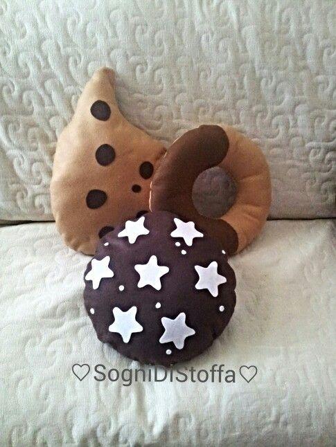Cuscini fatti a mano: pan di stelle, abbracci e gocciole.