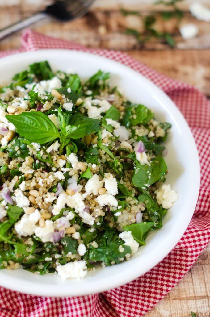 Salade d'épinards et de quinoa au fromage feta et aux noix de pin
