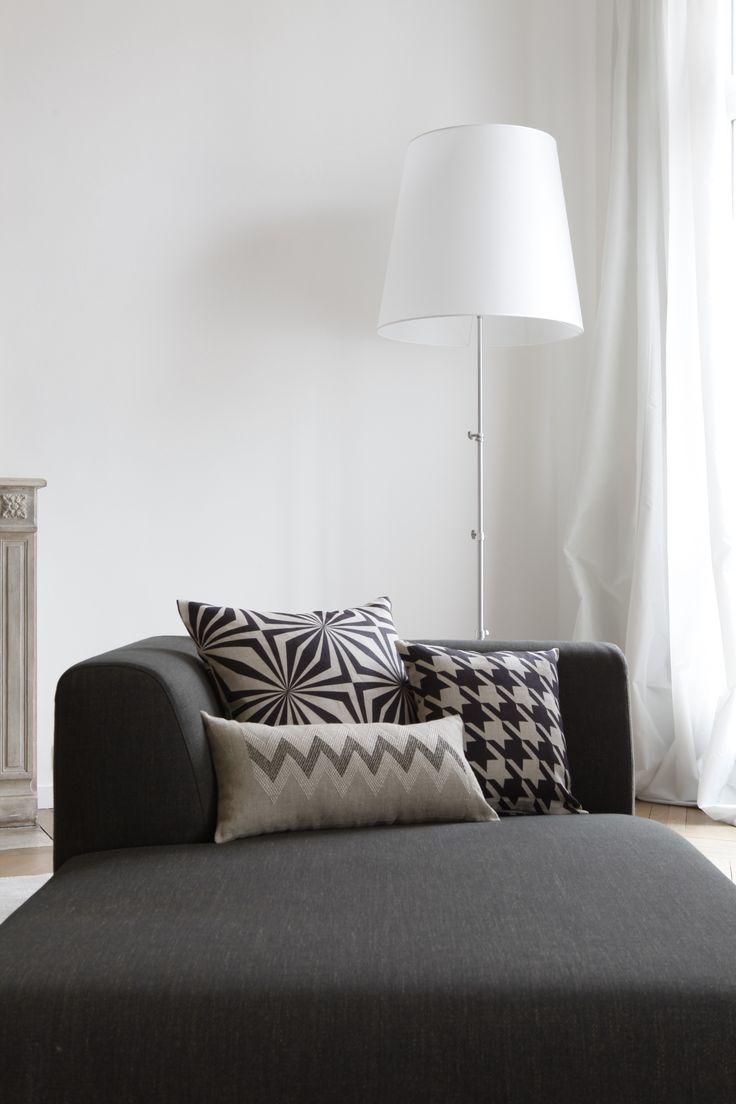 Intérieur d'un appartement hausmannien revisité. Tout en nuances de gris, blanc et noir. Coussins Rouge du Rhin. Photo : Eric Zeziola.