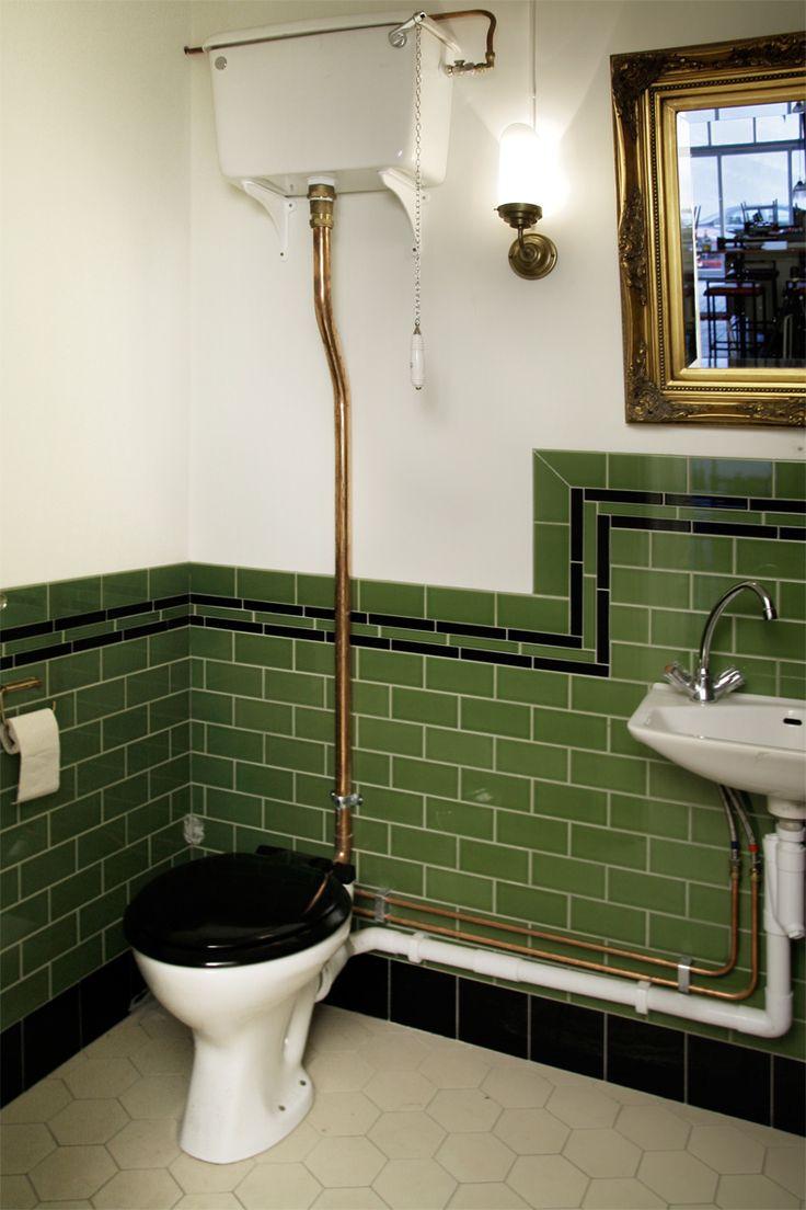 Istället för att borra fyra hål i väggen för varje krok kan en ...