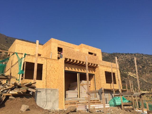 Vista desde patio trasero vivenda unifamiliar, 140m2, construida en Panel Sip (Structural Insulated Panels) Avances a Enero 2016