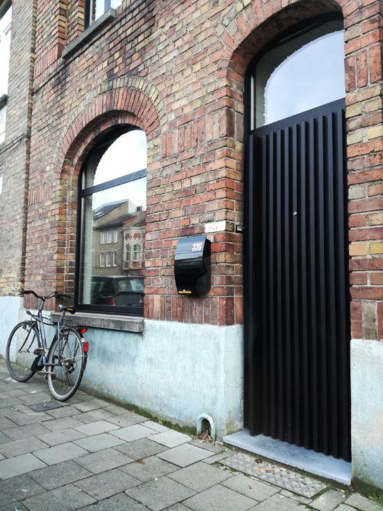 Te koop - Huis 2 slaapkamer(s)  - bewoonbare oppervlakte: 140 m2  - Deze instapklare woning is recent (2015) gerenoveerd. Deze werd volledig gestript en conform de huidige eisen opgebouwd. De woning beschikt over een i  - dubbel glas 1 bad(en) -  1 douche(s) -  2 gevel(s) -  1 toilet(ten) -  - oppervlakte kelder: 7 m2 - oppervlakte zolder: 12 m2 - oppervlakte terras: 20 m2