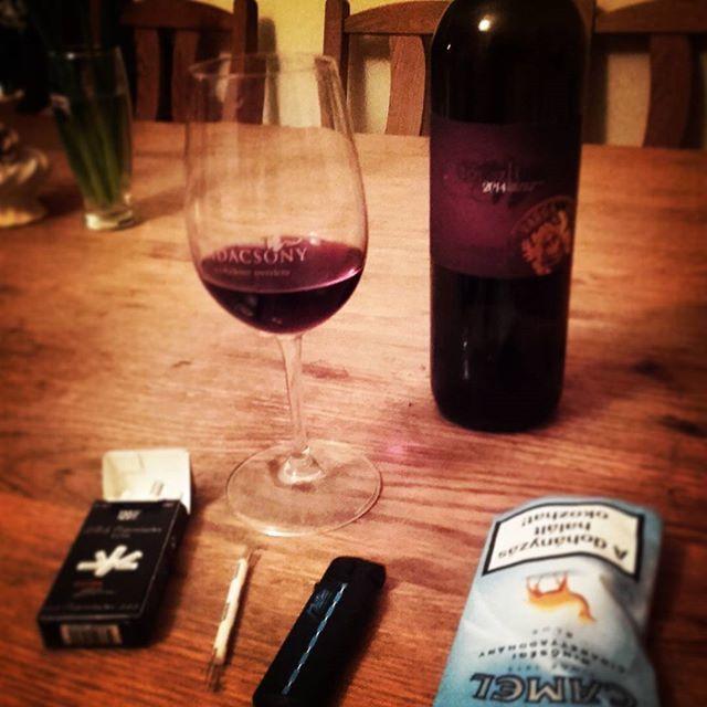 Chill Night #chill #night #badacsony #vargabor #wine #afolyekonyszerelem #topszlii #smoke #vargaborinsta