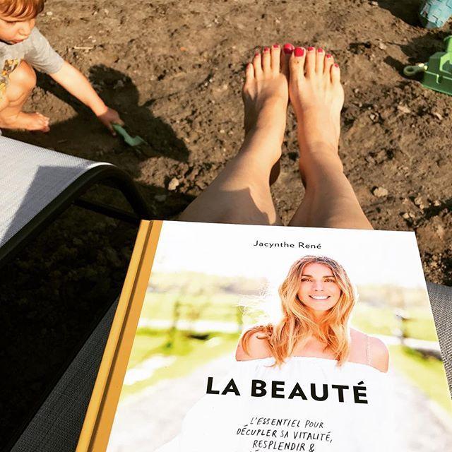 """Je compte les dodos : mon nouveau livre """"La beauté"""" sort en librairie mardi prochain, le 22 août, partout. J'ai tellement hâte de vous le faire découvrir. Pourquoi l'ai-je écrit? Après 3 années à baigner dans les soins naturels et à voir des changements incroyables s'opérer, à entendre aussi vos questions & inquiétudes, à réaliser que trop peu de ressources existent pour bien nous éclairer, j'ai eu un véritable élan (je me revois encore quand je l'ai annoncé à mon amoureux) réunir les…"""