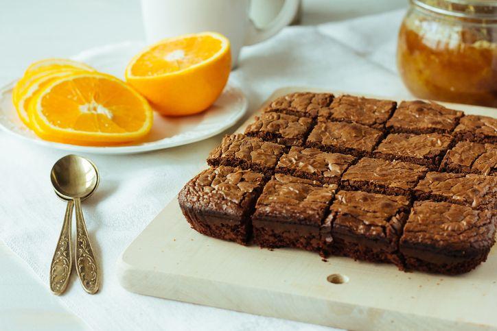 La ricetta dei brownies all'arancia e cioccolato perfetti per una merenda golosa