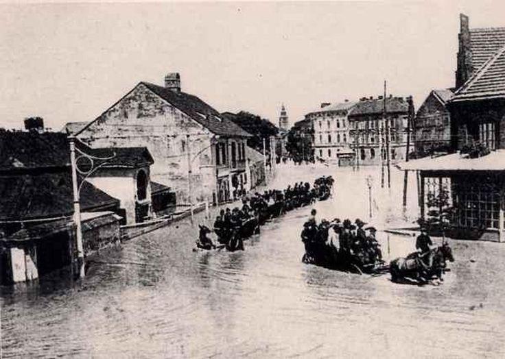 """1903 , Fragment ul. Zwierzynieckiej podczas powodzi. Po lewej widoczny dworek """"Pod Pawiem"""", a po prawej fragment rogatki Zwierzynieckiej."""
