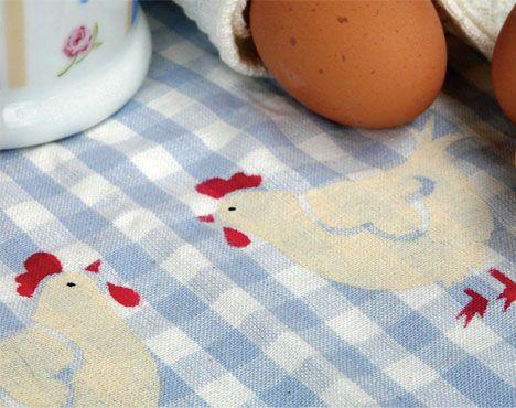 Pynt op i køkkenet med den sødeste lille påskehøne.