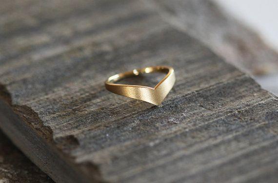 V-förmiges Ring in 18-karätigem solid Gold. Oberfläche kann Matt - satin, wie es online oder poliert ist.  IF SIE möchten A CUSTOM Ring bitte