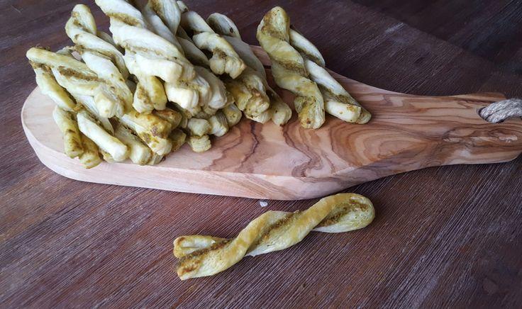 Deze pesto sticks zijn gemaakt van bladerdeeg en heb ik vorige week op tafel gezet tijdens een verjaardagsfeestje. Het recept is voor 32 sticks dus direct ook voor veel gasten genoeg. Ik had twee p…