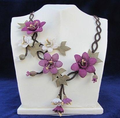 Mor menekşeli beyaz çiçekli bayan iğne oyası takı modeli