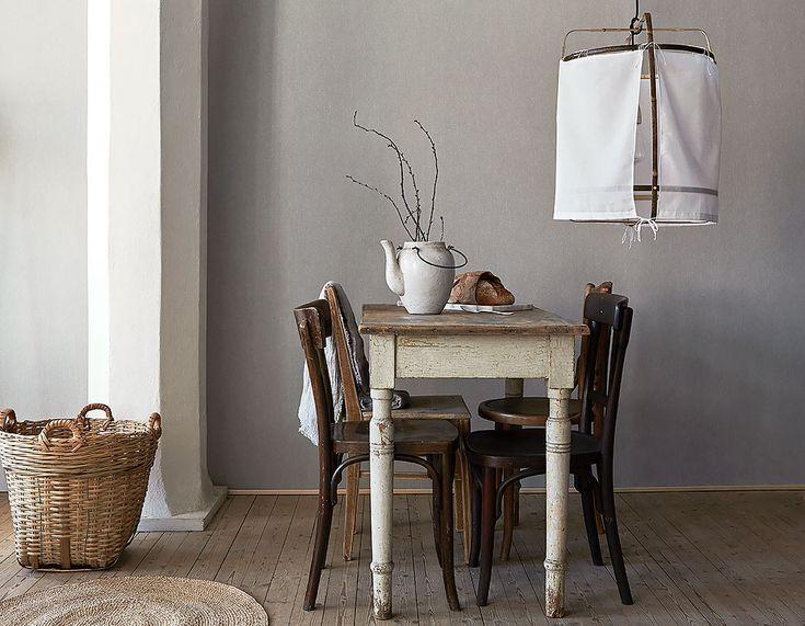 Szara tapeta gładka do kuchni stylu skandynawskiej. Świetnie wygląda z białymi meblami i dodatkami.