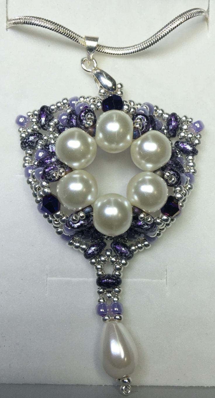 Questo ciondolo è realizzato in tessitura di perline, con superduo della #Matubo, perline di precisione #Toho, cristalli di #Murano e perle