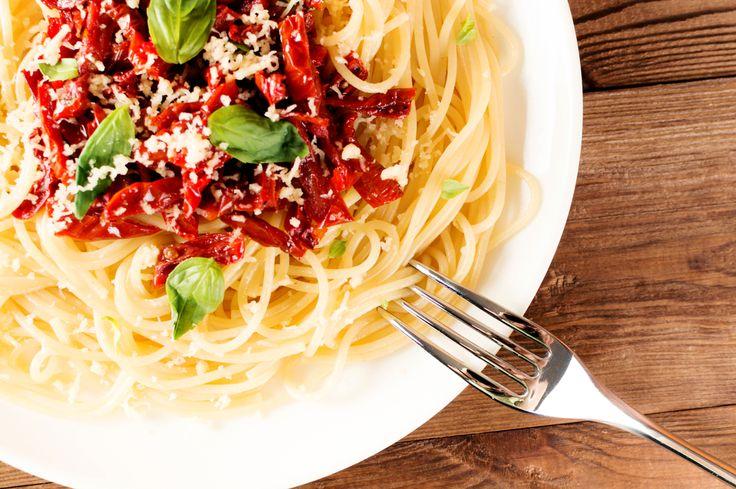 Μακαρονάδα με λιαστή ντομάτα, βασιλικό, τριμμένο τυρί και μακαρόνια ΑΒ. Super γεύμα!