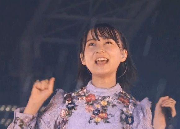 笑顔の鈴木絢音さん