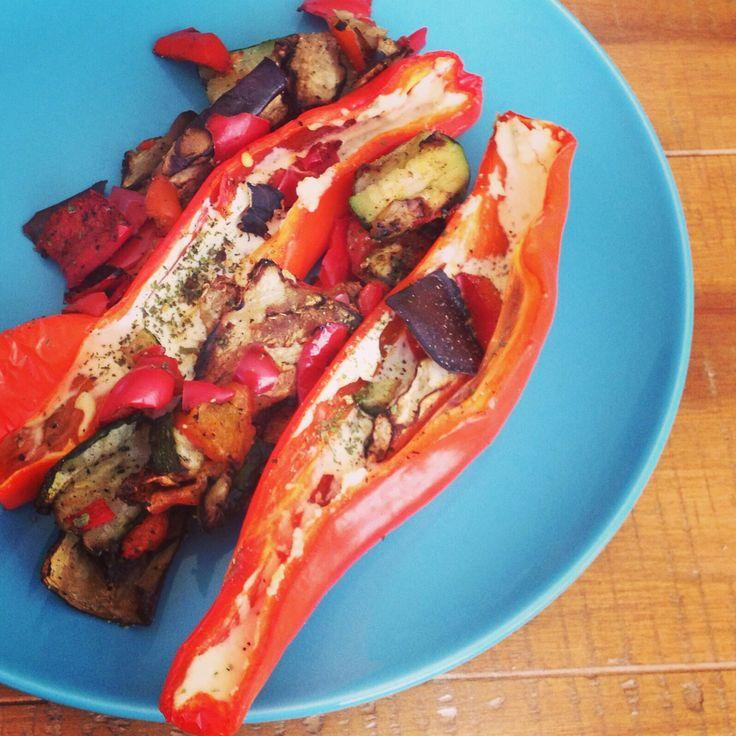 Gevulde biologische puntpaprika met roomkaas en gegrilde groenten.