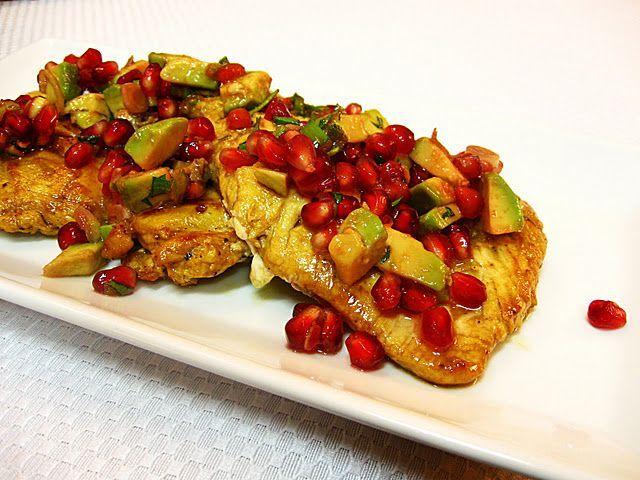 Per un secondo piatto veloce e speciale, il tacchino (in questo caso il petto, ma si può usare anche il resto) avrà un sapore tutto particolare con l\'avocado, melograno e senape dolce...