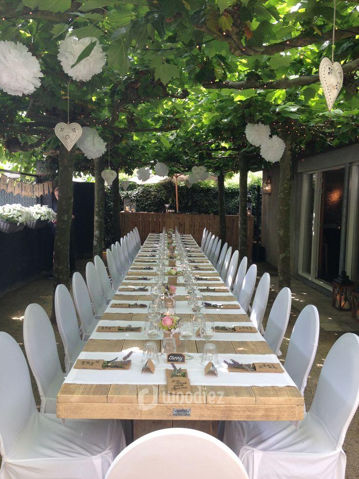 WOODIEZ | Een buitenbruiloft in de tuin. Heerlijk dineren aan een lange, steigerhouten dinertafel.  #bruiloft #inspiratie #steigerhout