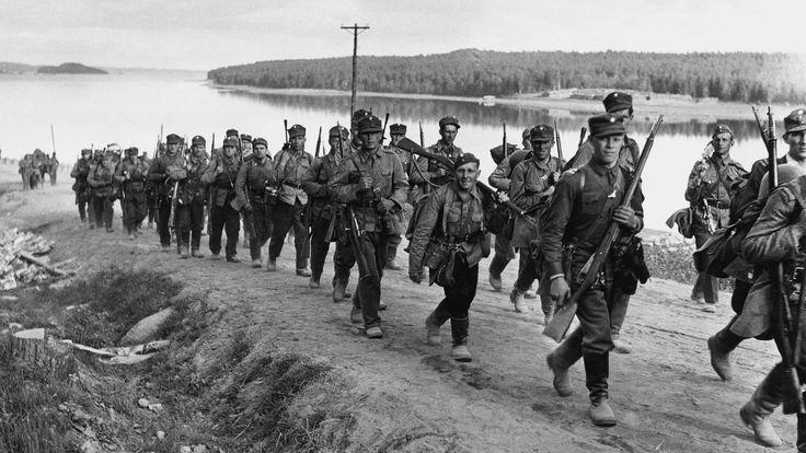 Kuva: Jalkaväkeä marsilla kohti rajaa Sulkavan tiellä lähellä Savonlinnaa. SA-kuva.