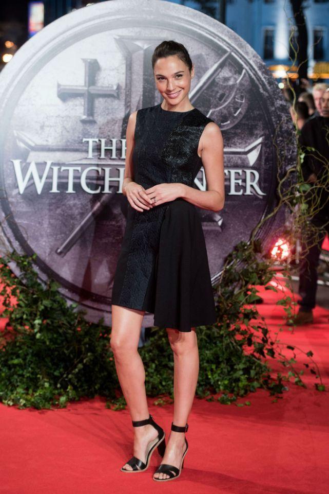 <p>El negro siempre es una apuesta segura y Gadot lo sabe. Con este LBD (Little Black Dress) desfiló por la alfombra roja de la película 'The Last Witch Hunter' (2015). (Foto: Gtres). </p>