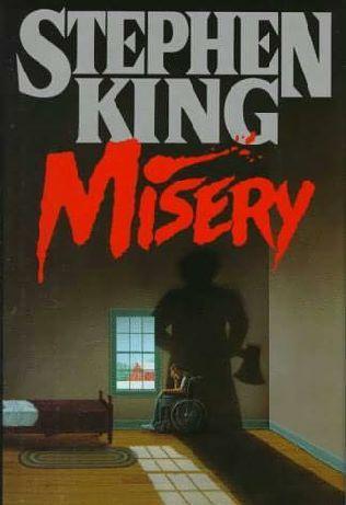 """Stephen King. """"Misery"""". Editorial Debolsillo. Un escritor sufre un grave accidente y recobra el conocimiento en una apartada casa en la que vive una misteriosa mujer, corpulenta y de extraño carácter. Se trata de una antigua enfermera, involucrada en varias muertes misteriosas ocurridas en diversos hospitales. Esta mujer es capaz de los mayores horrores, y el escritor, con las piernas rotas y entre terribles dolores, tiene que luchar por su vida. Relato de una fan obsesiva con el escritor."""