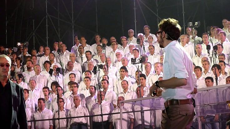 """""""Les Fous Chantants"""" ont invité Christophe Willem et Michael Jones à accompagner les 1000 choristes venus du monde entier pour chanter Jean Jacques Goldman lors de leur spectacle dans les arènes d''Alès pour la 16ème année.."""