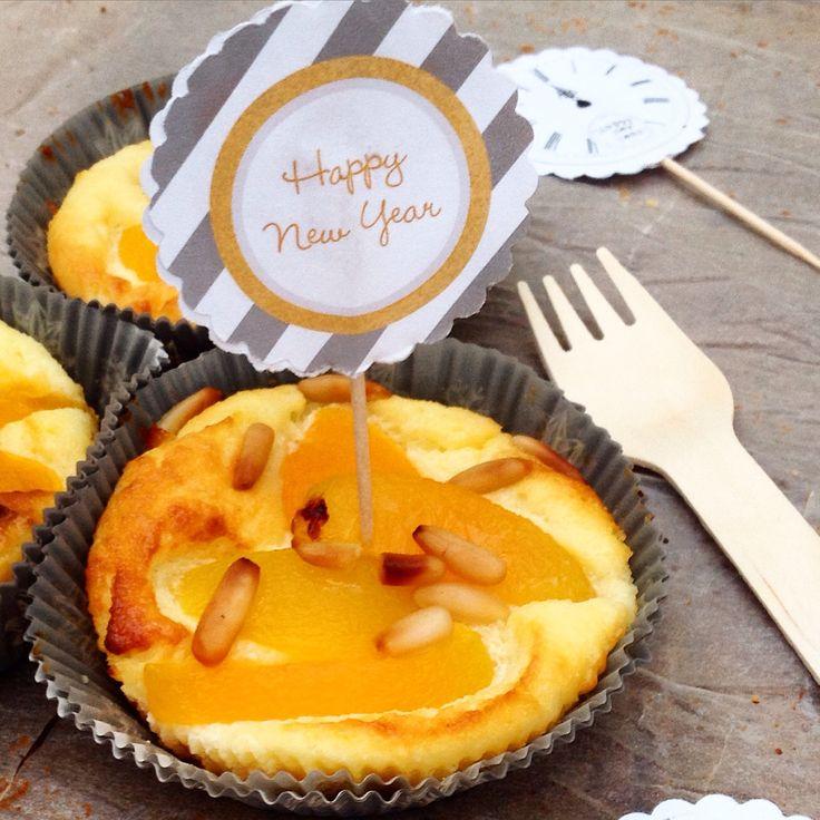 Mini-Cheesecake mit Pfirsich und Pinienkernen