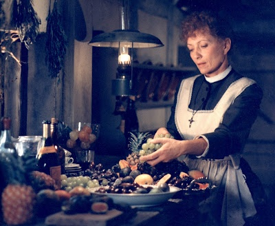Babettes Gæstebud (1987) -  Denemarken, 19e eeuw. Twee volwassen zussen wonen in een geïsoleerd dorpje bij hun vader, een Protestantse pastoor. Op zekere dag arriveert een Franse vluchtelinge, Babette. Zij nemen haar in huis, waar zij werkt als dienstmeid. Nadat hun vader sterft organiseren de zusters een feest ter nagedachtenis. Babette weet hen over te halen het feestmaal te mogen bereiden. Het wordt een maal om nooit te vergeten voor de dorpelingen.