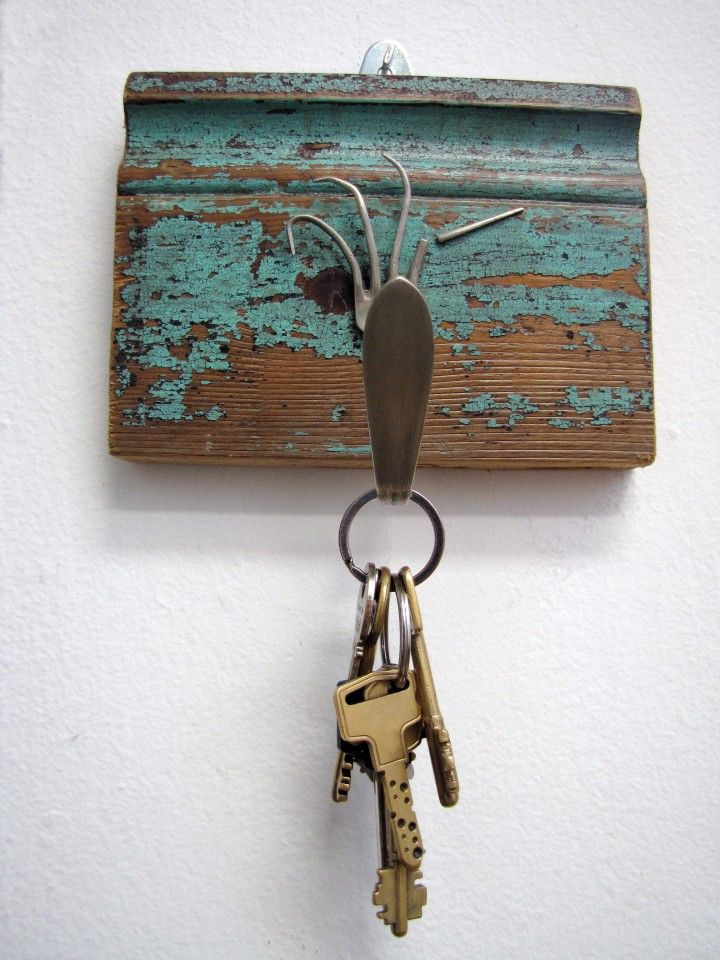 Perchero o portallaves | MercadoLimbo.com  Perchero o portallaves realizado con zócalo de pinotea y tenedor antiguo de alpaca. Medidas: 17x14 cm.