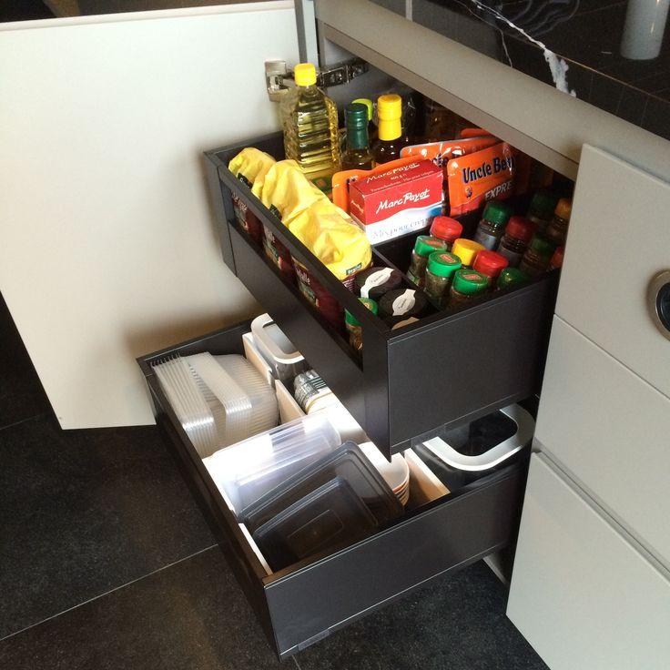 Zijn jouw keukenkasten ook altijd zo'n rommeltje? Bij ons vind je praktische lade-indelingen en keukenhulpjes van Blum: bestekindelingen, bordenhouders, kruidenhouders, organizers voor deksels van kookpotten etc. Zorg voor meer organisatie, ergonomie, opbergruimte en comfort in je keuken. Te bekijken in onze toonzaal.