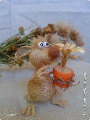 Доброго времени суток, дорогие люди! Появился вот такой Заяц - пропагандист вегетарианства и сырых овощей! В лапе - морковь (шпагат, деревянные бусины, ботва- кожзам). фото 6