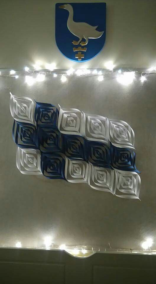 Paperitähdistä koottu lippu. Paperitähden ohje löydetty netistä sivulta http://aamulehdenblogit.ning.com/profiles/blogs/paperinen-latvat-hti-kruunaa-joulukuusen