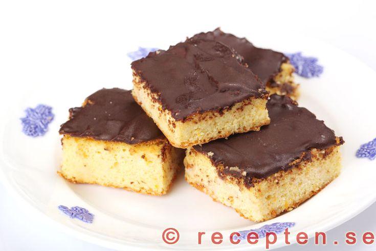 Apelsinmandelrutor med chokladtäcke - Mycket goda kakor med endast 4 ingredienser: mandelmassa, apelsin, ägg och choklad. Recept med bilder steg för steg.