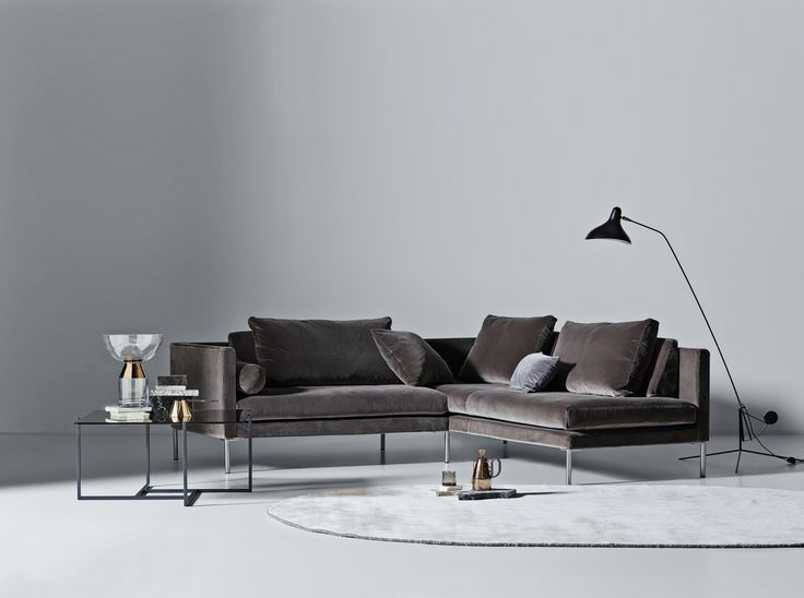 Store | Juul - Modern design och Dansk kvalitet Juul701 är en soffa som ska ha den plats i vardagsrummet där du helst vill vara värd extra omtanke och omsorg. Soffan går att få som 2-sits soffa och hörnsoffa i tyg eller läderklädsel som även är avtagbar. Klädseln är fäst med kardborrband och har domestic tyg undertill. Soffan har skum och polydun stoppning, sittplymå med polyeterkärna i sandwich samt duntäckpåse runt om som är tung. Ryggkudden på soffan är i polydun. För att skapa extra…