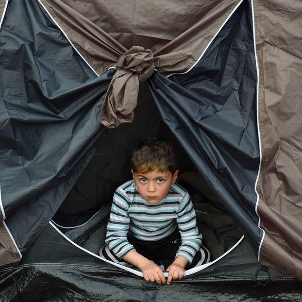 Un bambino in una tenda inel grande campo allestito a Idomeni, in Grecia, vicino al confine con la Macedonia, dove sono bloccati migliaia di migranti
