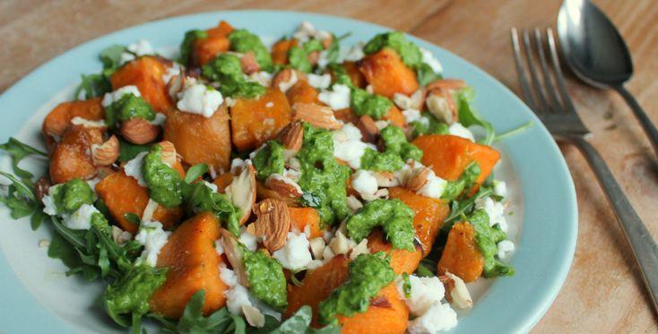 Deze zoete aardappel salade met geitenkaas is lekker, kleurrijk en heel gezond! Hij voldoet prima als avondmaaltijd of als kleurrijk voorgerecht.