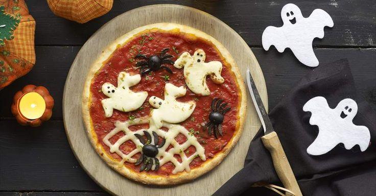 Aprende a preparar Pizza halloween de fantasmas y arañas con las recetas de Nestle Cocina. Elabórala en casa con nuestro sencillo paso a paso. ¡Delicioso! #NestleCocina