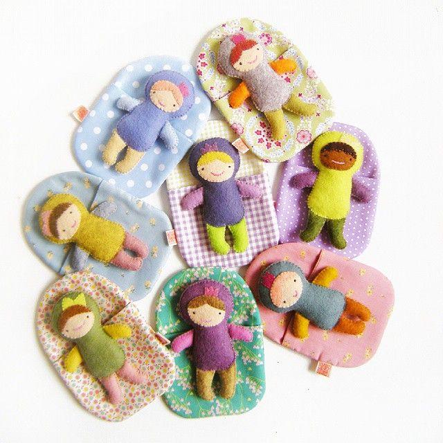 Часть этих девочек ещё в магазине :-) Летом маленькие игрушки особо актуальны. Много прогулок, поездок. Удобно взять с собой в кармашек или сумочку маленькую подружку. Куколки сшиты из фетра вручную, а конвертики-кроватки- из хлопка на машинке. 900руб.