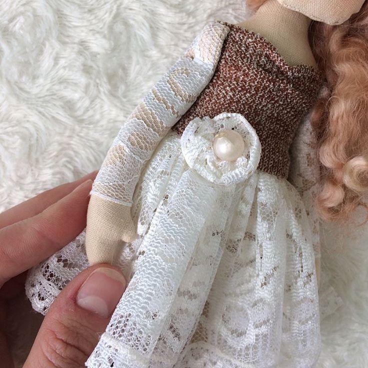 Выложила несколько фоток с детальками -листайте(все таки очень удобная функция🙏)  Текстильная куколка Мишель  Рост 28 см  Стоит на подставке,сама не сидит не стоит  Материал-тонированная бязь,кружево,трикотаж,халлофайбер,бусины  Стоимость куколки 1500 руб.  #кукла#куколка#винтаж#куклыгаврилиной#купитькуклу#мишель#куклыпомотивам#тильдакукла#винтажнаякукла#текстильнаякукла#интерьернаякукла#интерьердетской#интерьердома#длядома#текстиль#хлопок#