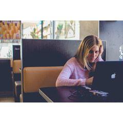 [フリー画像素材] 人物, 女性, 外国人女性, 家電製品, PC / パソコン, ノートパソコン, 考える / 悩む, 頬杖 ID:201406020500