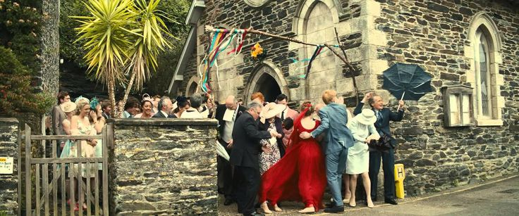 About Time - Wedding Scene (El Mundo), mirando juntos la pelicula, sentados en el sillon, repitiendo la escena de la entrada a la iglesia y matandonos de la risa de las escenas bajo la lluvia :)