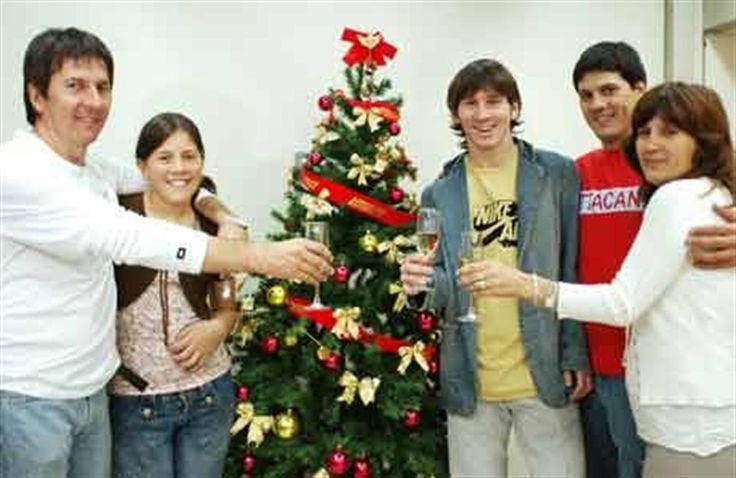 Locos por Messi  Rodeado por su familia, Lionel Messi anticipó ayer la Navidad con el clásico brindis  . Foto: Fernanda Corbani
