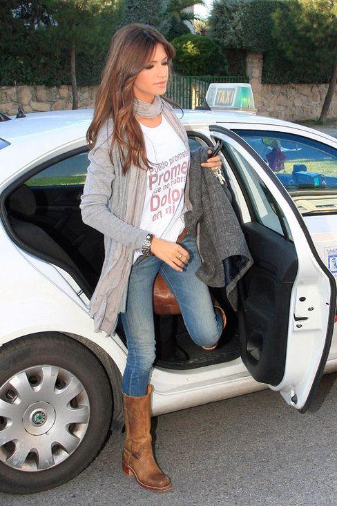 chaqueta gris, botas marrones