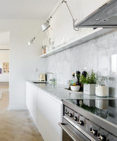 Detaljer på köksbänken. Grönt med trä, mässing och lite färg