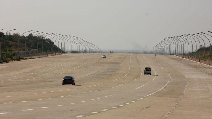 En Birmanie, une capitale fantôme six fois plus grande que New York ! Naypyidaw est la nouvelle capitale de la Birmanie depuis 2005. Ici une autoroute qui peut accueillir jusqu'à 20 files de véhicules.