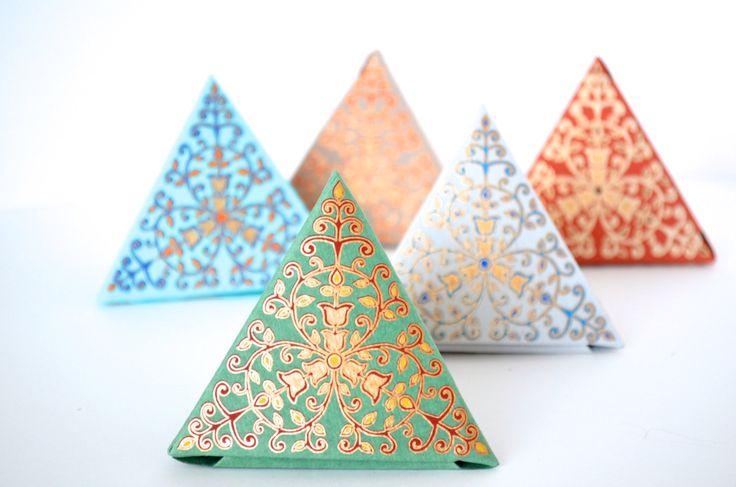 Loose-leaf tea in metallic paper pyramids