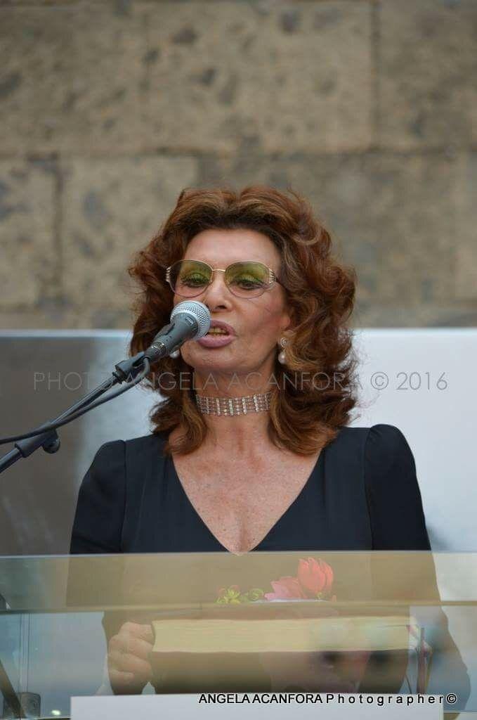 Amarcord di emozioni per la città di Napoli che pochi giorni fa nel cortile del Maschio Angioino, Napoli, ha conferito a Sophia Loren, attrice napoletana famosa in tutto il mondo, la cittadinanza o…